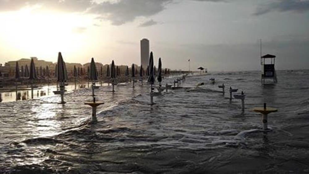 Mareggiata e alta marea acqua alta a cesenatico il mare - Bagno riviera cesenatico ...