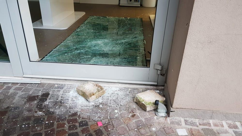 Cesenatico spaccata con mattoni al negozio di telefonia azione lampo - Bagno roma cesenatico ...