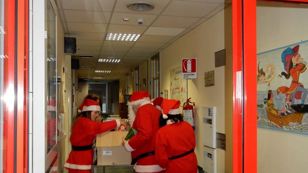 Babbo natale in pediatria porta i doni ai piccoli pazienti - Babbo natale porta i regali ai bambini ...